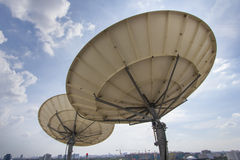 Satellietschotel twee voor Telecommunicaties Royalty-vrije Stock Foto