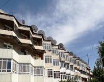 Satellietschotels op het dak van een flatgebouw stock afbeeldingen
