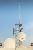 Satellit- antenn på taket Arkivfoto