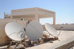 Satellit- antenner på ett sjukhustak Arkivbild