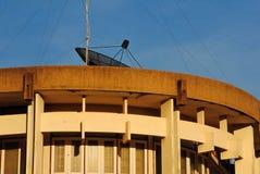 Satellit- disk på byggnad Arkivbild