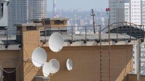 Satellit- disk på hustaket lager videofilmer