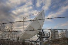Satellit- maträtt bak försett med en hulling - tråd Arkivfoto