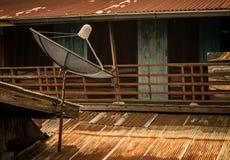 Satellit- maträtt för TV på taket royaltyfri bild