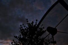 Satellit- maträtt i en landsbygd Royaltyfri Foto