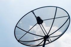 Satellit- maträtt i ljuset - blå himmel Arkivbilder