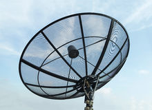 Satellit- maträtt med bakgrund för blå himmel Royaltyfri Bild