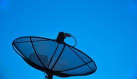 Satellit- maträtt med bakgrund för blå himmel Arkivfoto