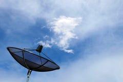 Satellit- maträtt med drakemolnet Royaltyfri Foto