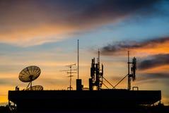 Satellit- maträtt och telekomtorn Royaltyfri Fotografi