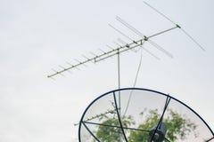 Satellit- maträtt och TVantenn Royaltyfria Foton