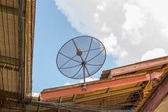 Satellit- maträtt på det gamla taket Royaltyfria Bilder