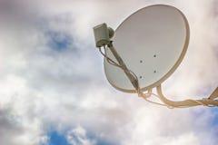 Satellit- maträtt på himmelbakgrund arkivfoton