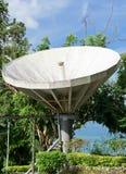 Satellit- maträtt på kullen Arkivbilder