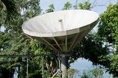 Satellit- maträtt på kullen Arkivbild