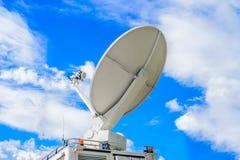 Satellit- maträtt på mobilen DSNG på blå himmel Arkivbild