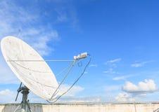 Satellit- maträtt på solig dag Royaltyfria Foton