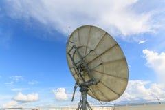 Satellit- maträtt på solig dag Arkivfoto