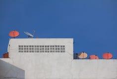 Satellit- maträtt på taköverkanten Fotografering för Bildbyråer