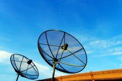 Satellit- maträtt på taket med bakgrund för blå himmel Royaltyfri Fotografi