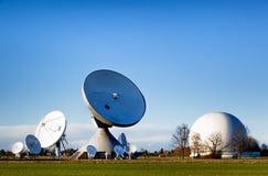 Satellit- maträtt - radioteleskop Royaltyfria Foton