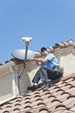 Satellit- montör på taket Royaltyfria Foton