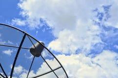 Satellit på moln och himmel, struktursatellit på himmel Arkivfoto