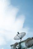 Satellit på taket Arkivbild