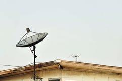 Satellit på takhus Arkivfoton