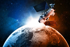Satellite dans l'espace Photo stock