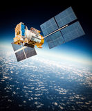 Satellite de l'espace au-dessus de la terre de planète images stock