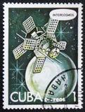 Satellite di Intercosmos che orbita un pianeta nello spazio, circa 1978 Immagini Stock