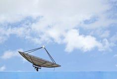 Satellite e cielo blu immagini stock
