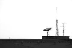Satellite et antenne sur le dessus Image stock