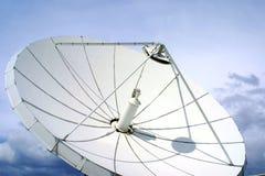 Satellite-paraboloïde sur le ciel bleu Photo stock