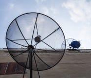 Satellite sulla parete Fotografie Stock Libere da Diritti