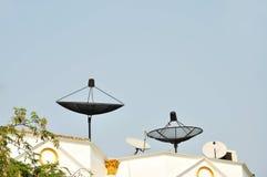 Satellite sur la maison de toit Image libre de droits