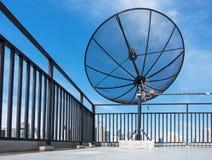 Satellite sur le toit photo libre de droits