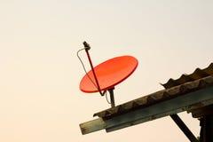 Satelliten fästas till taket av huset Arkivfoton