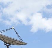 Satelliten- und blauer Himmel Lizenzfreie Stockbilder