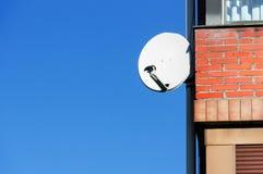 Satellitenantenne auf Hausfassade Stockfotografie