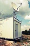 Satellitenantenne der kleinen Beobachtungsstation Stockfoto