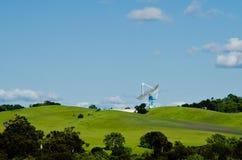 Satellitenantenne, die oben schaut Stockfotos