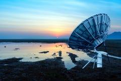 Satellitenantenne gegen blauen Himmel Stockfotos