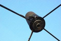 Satellitenempfängerteller ist ein Dach. Stockfotografie