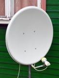 Satellitenfernsehenantenne auf der Wand eines Holzhauses Stockfotografie