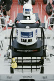 Satellitenhauben befestigt zu laufendem Boot Stockbild
