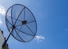 Satellitenschüssel-Übertragungsdaten auf hellem blauer Himmel-Hintergrund Lizenzfreie Stockbilder
