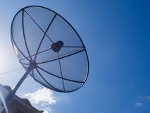 Satellitenschüssel-Übertragungsdaten auf hellem blauer Himmel-Hintergrund Stockfoto