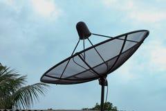 Satellitenschüssel-Antenne lizenzfreie stockbilder